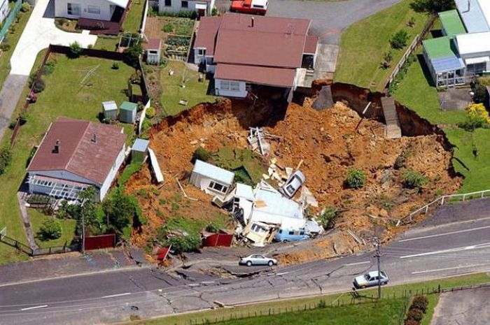 1276692509_giant_sinkholes_and_road_collapses_07