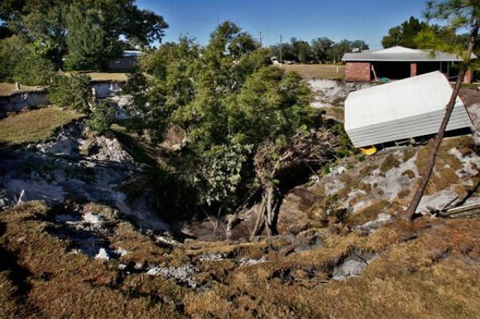 1276692527_giant_sinkholes_and_road_collapses_25