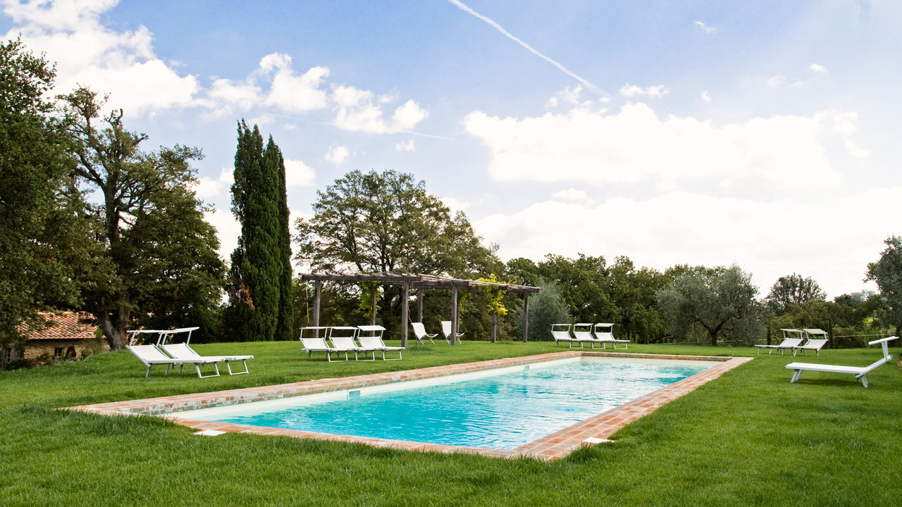 piscina-in-estate-casa-fabbrini