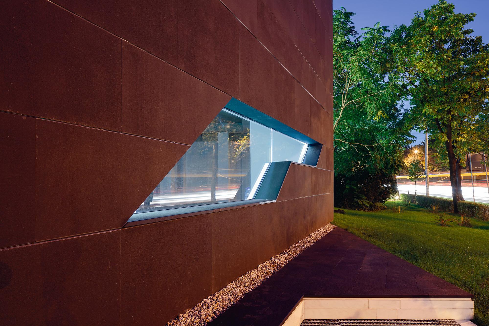 5111d4b9b3fc4bb6b1000022_monolit-office-building-igloo-architecture_cdragomir_monolit_017
