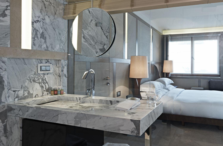 transparent-glass-wall-bathroom-design