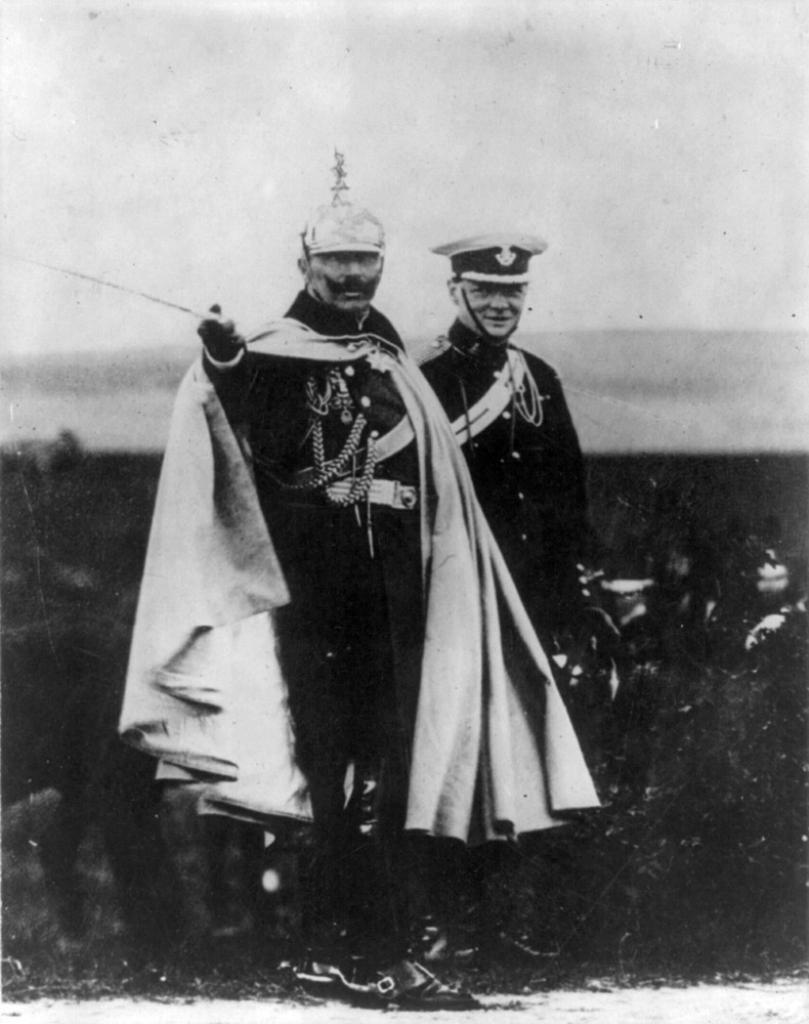 Уинстон Черчилль и кайзер Германии Вильгельм на маневрах германской армии.