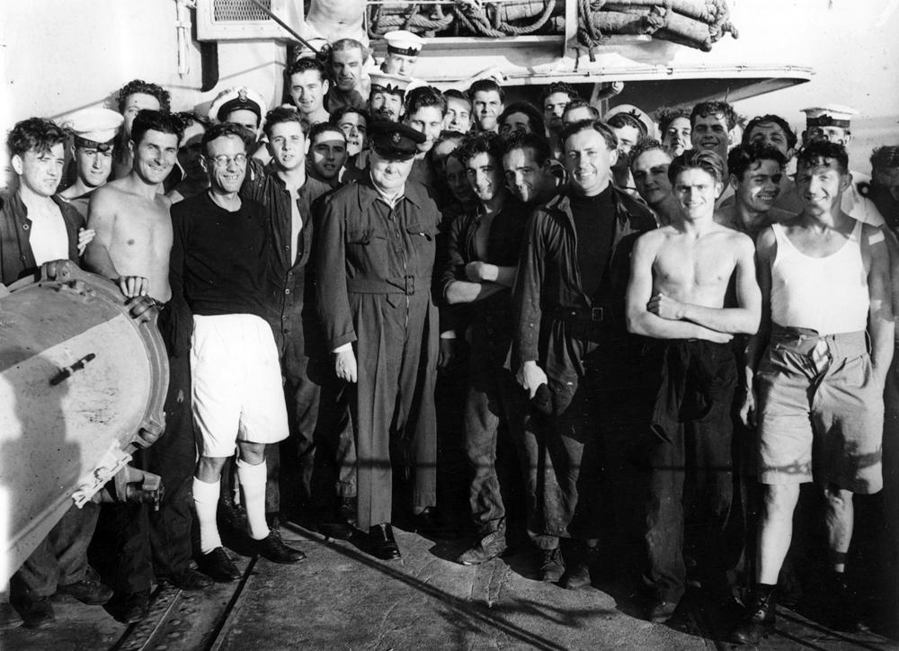 Уинстон Черчилль фотографируется с членами экипажа корабля HMS Кимберлийский