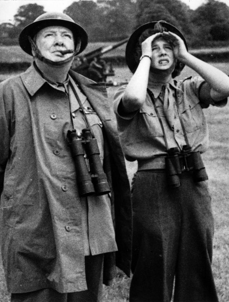 Уинстон Черчилль, и его дочь Мари, на военно-полевых учениях в 1944 году