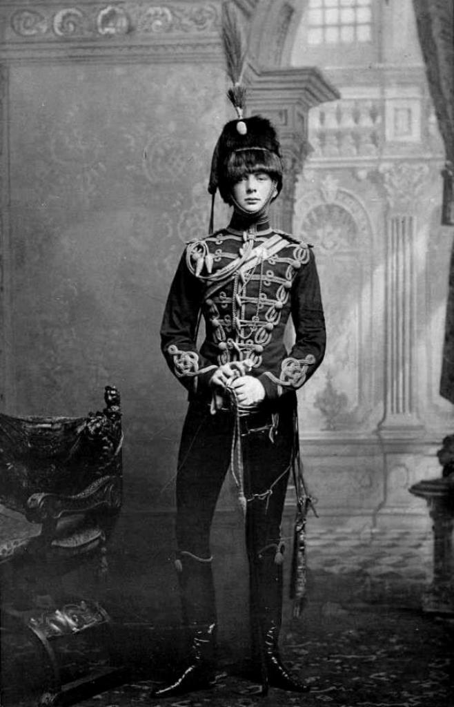 Юный Черчилль в форме королевской гвардии.