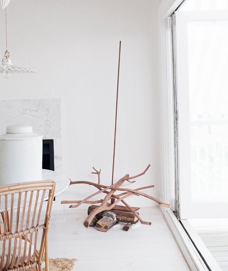 Arbol de navidad con ramas verticales insertadas en barilla metálica