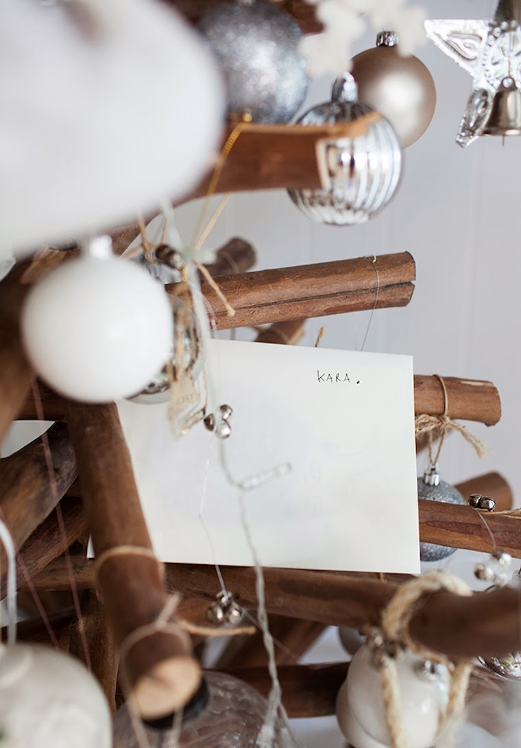 arbol de navidad creado con ramas adornos 1