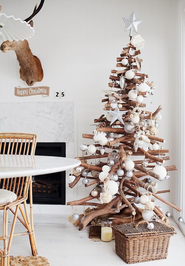 Arbol de navidad, con ramas y adornos blancos y plateados