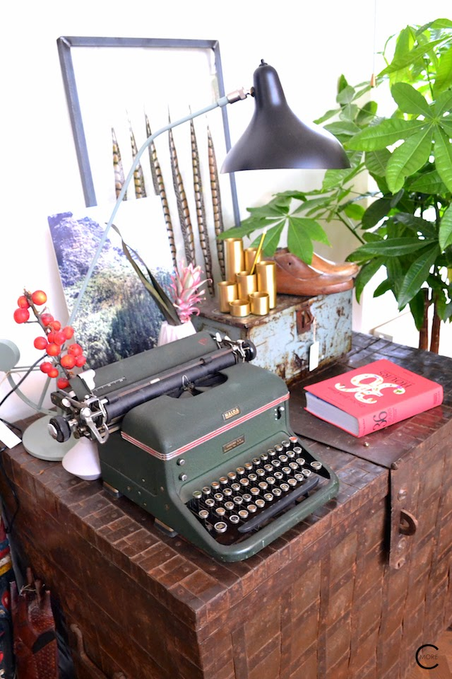THE LOFT AMSTERDAM PLAYING CIRCLE DECEMBER 2014 BY C-MORE INTERIOR BLOG DETAIL OF TYPING VINTAGE GREEN MACHINE