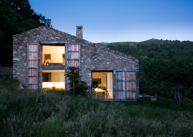 dezeen_Off-Grid-Home-in-Extremadura-by-Abaton_ss_1