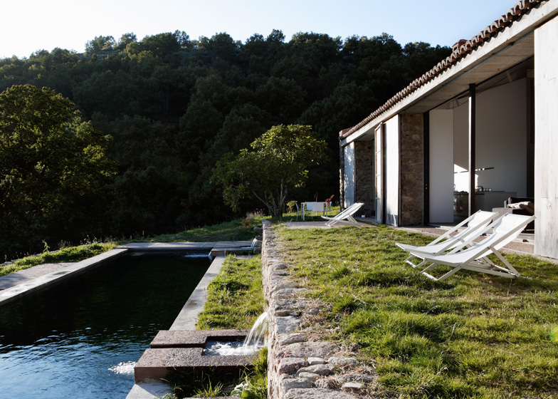 dezeen_Off-Grid-Home-in-Extremadura-by-Abaton_ss_6
