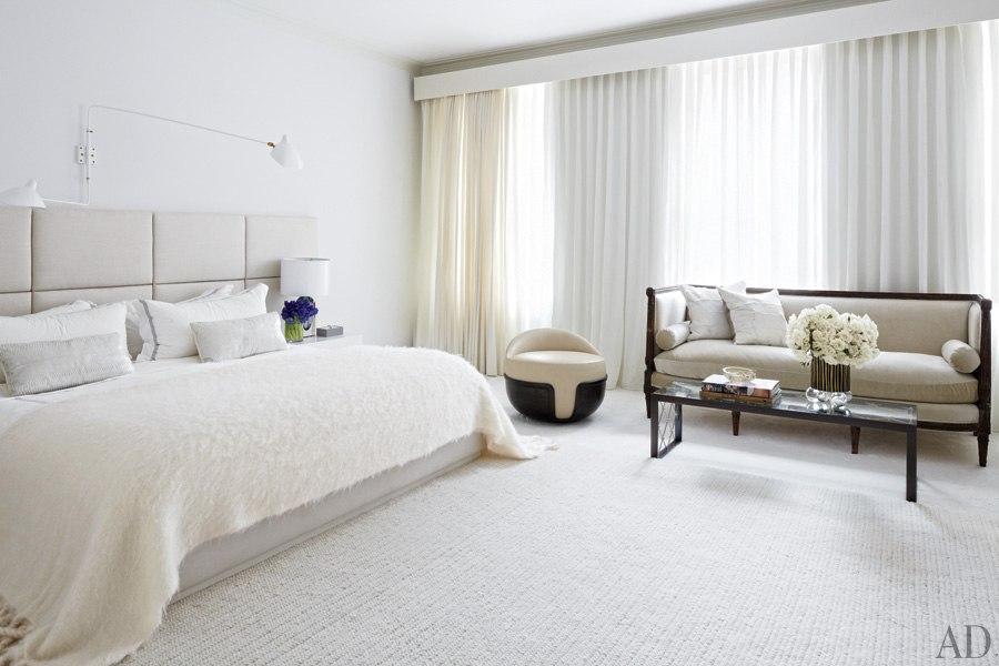 item4.rendition.slideshowWideHorizontal.delphine-krakoff-new-york-city-12-master-bedroom-roger-goffigon-bed-linen-holly-hunt