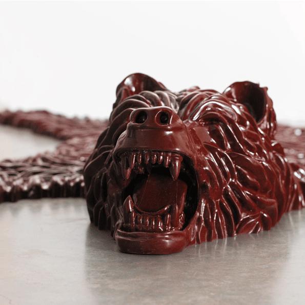 Alfombra-oso-plástico-marrón