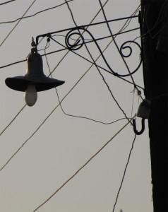 Стилизованные под старинные фонари освещают саманную улочку