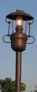 Фонари в виде керосиновых ламп освещают площадь перед Святым проповедником