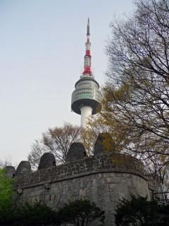 Крепостные стены перед башней N-Seoul