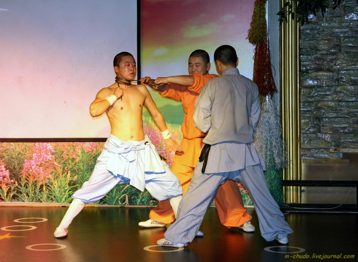 Шоу монахов.