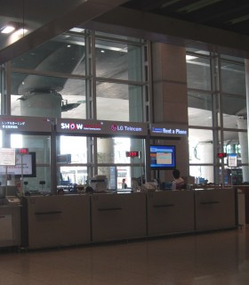 Взять телефон в аренду можно прямо в аэропорту, вот у таких стоек