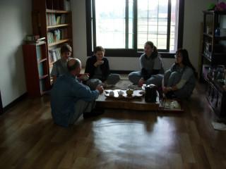 Юрий из Сиднея знакомится с девушками, угощая их чаем.