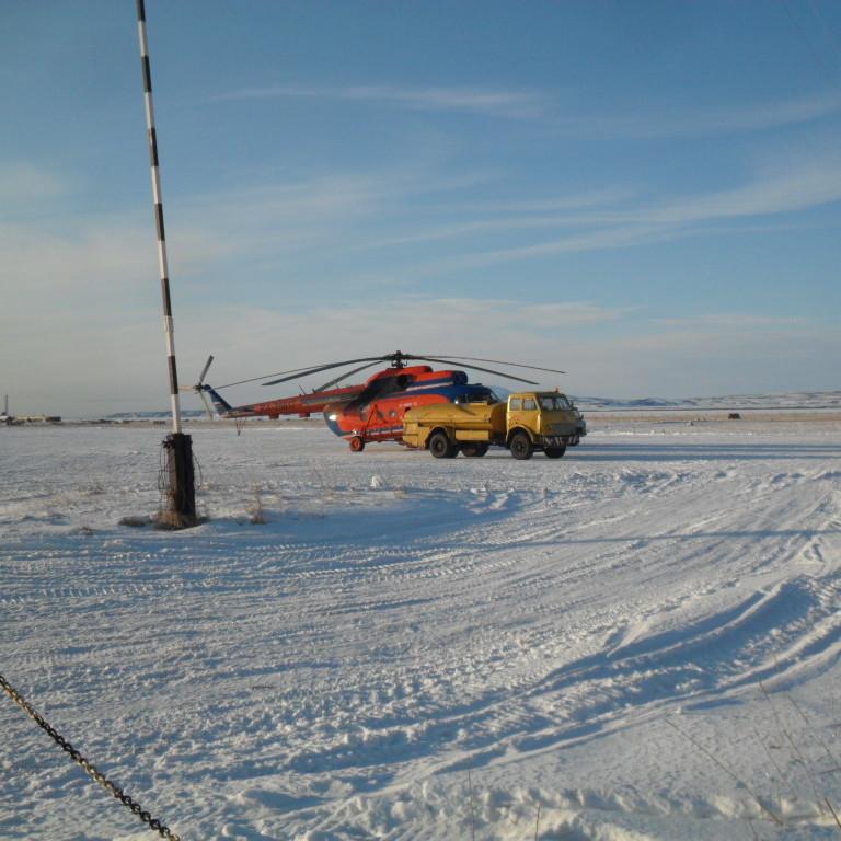 Аэропорт Тиличики вертолет МИ-8 топливозаправщик МАЗ зима снег