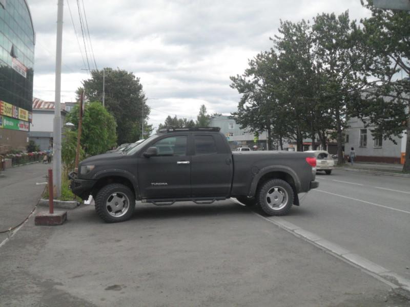 Город Елизово Камчатский край Тойота Тундра у тротуара
