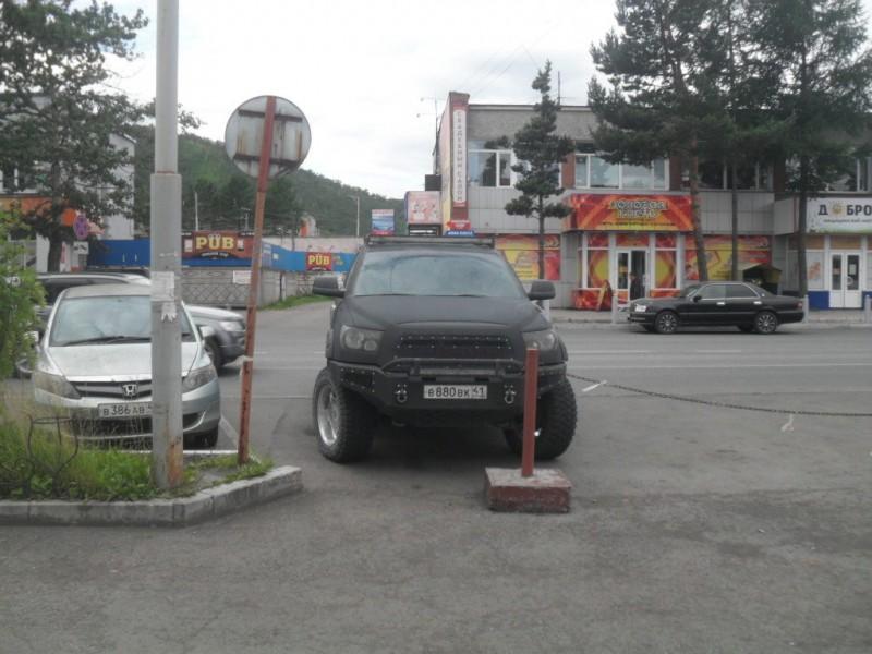 Тойота Тундра на улице города Елизово Камчатский край