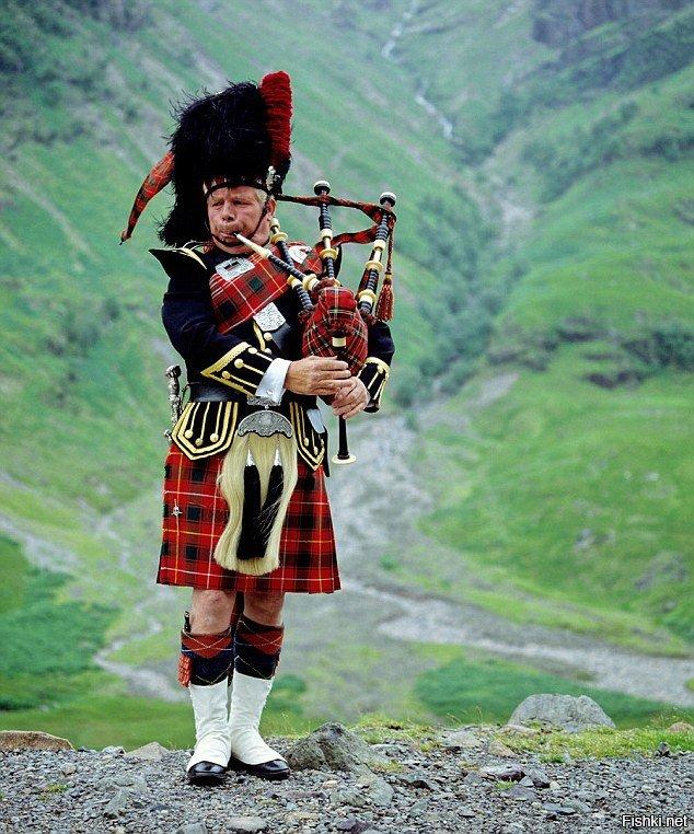 Шотландец играет на волынке