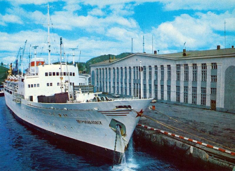 "Петропавловск-Камчатский лайнер ""Петропавловск"" пришвартованный у причала Морвокзала."