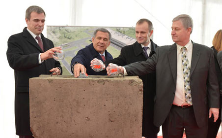 Tatarstan President Rustam Minnikhanov and 3M Russia General Director Timothy Allen Koenig with other officials lay the cornerstone of 3M Volga factory in Yelabuga. Source: alabuga.ru