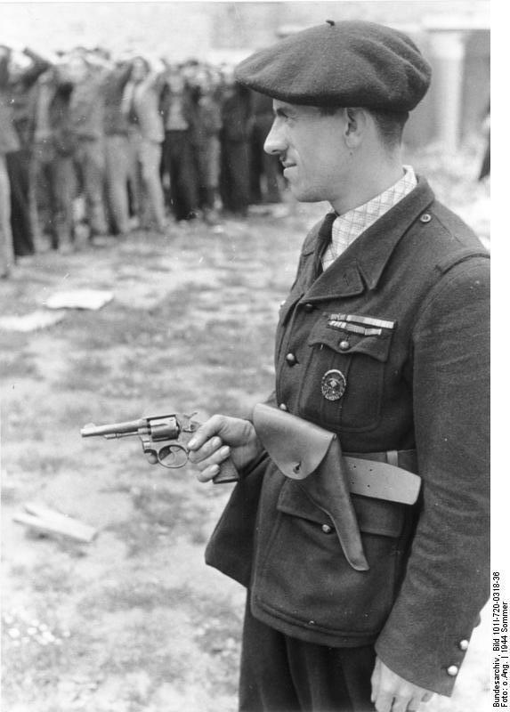 Bundesarchiv_Bild_101I-720-0318-36,_Frankreich,_Milizionär_bewacht_Widerstandskämpfer