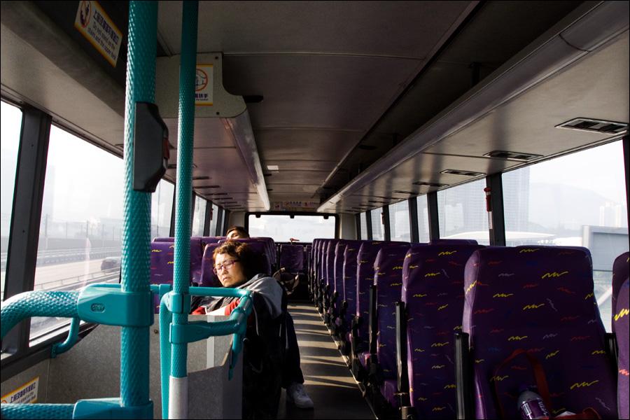 Утренний автобус спал