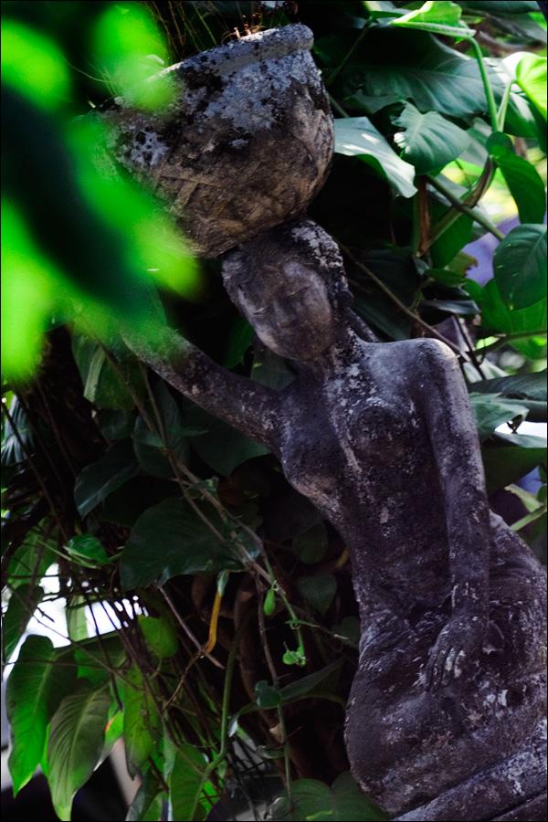 Скульптура из вулканического камня