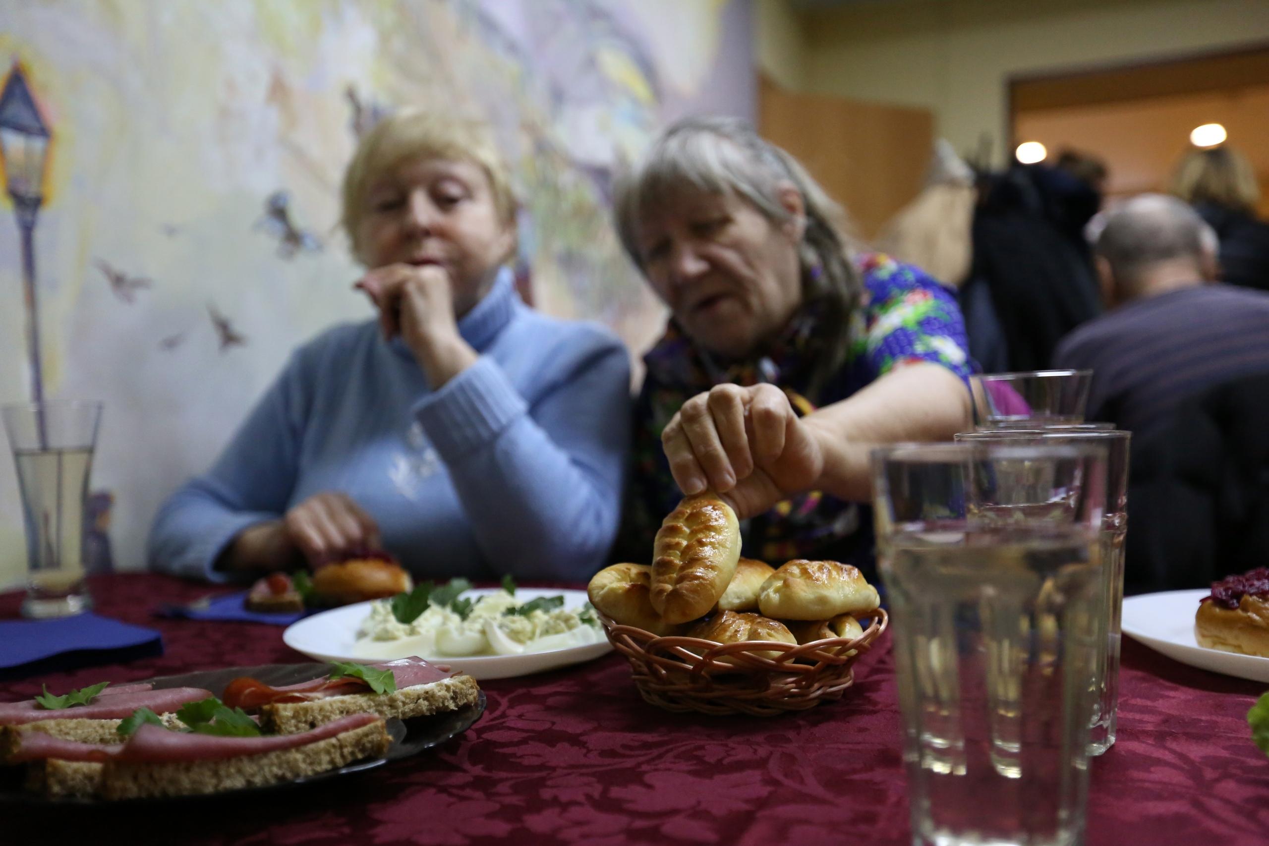 Ланч и никакого бизнеса: в Питере открыли кафе, где стариков кормят бесплатно