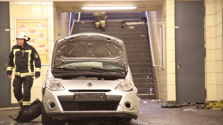 В Берлине машина заехала на станцию метро