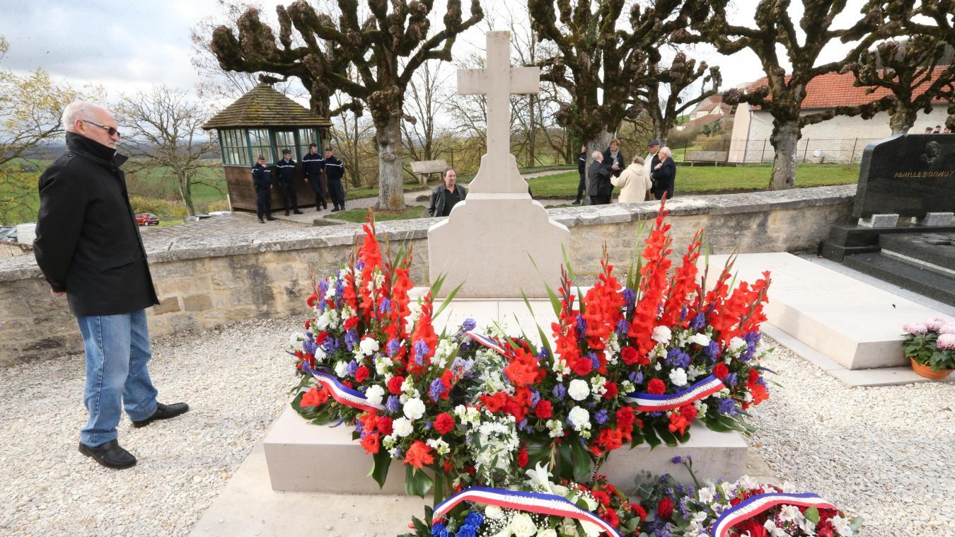 Во Франции осквернили могилу Шарля де Голля