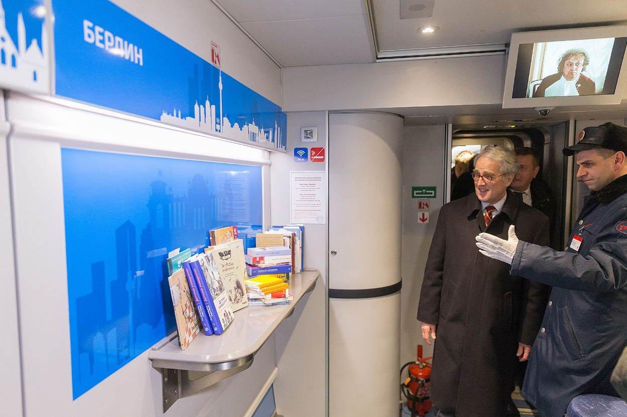 Вооружившись книгой - на Берлин! Библиотеку на колёсах открыли железнодорожники