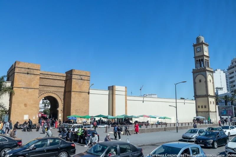 Марракешские ворота, ведущие в обнесенную стеной старую Медину, и часовая башенка