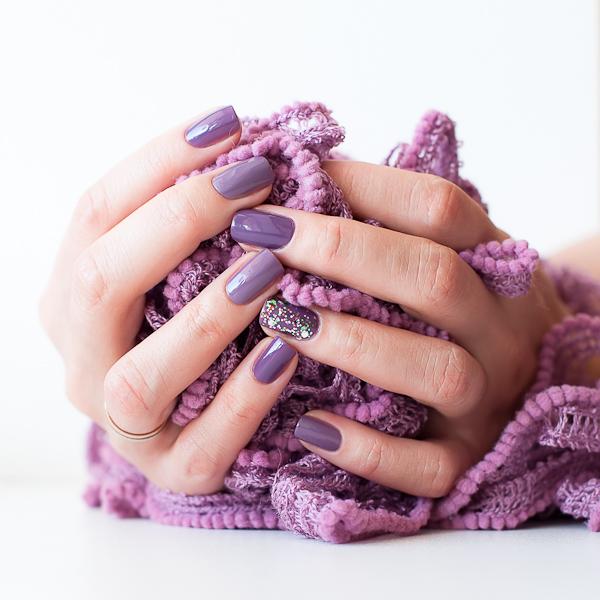 Маникюр блестки на одном пальце фото