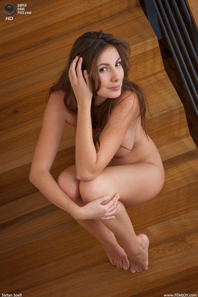 сексуальная голая девушка на лестнице