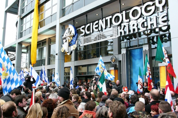 04-Church-of-Scientology-Berlin-Grand-Opening-Crowd_fr[1]