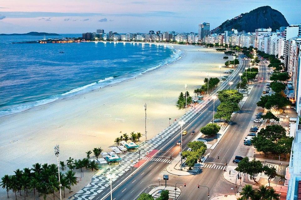 Копакабана - знаменитый четырёхкилометровый пляж в Рио-де-Жанейро, Бразилия
