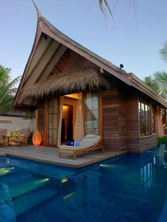домик у бассейна