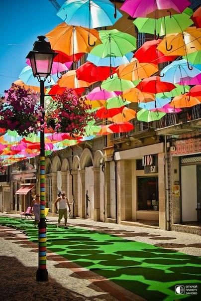 Инсталляция Umbrella Sky. Разноцветные зонтики на улицах Португалии