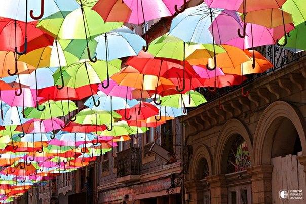 Инсталляция Umbrella Sky. Разноцветные зонтики Португалия