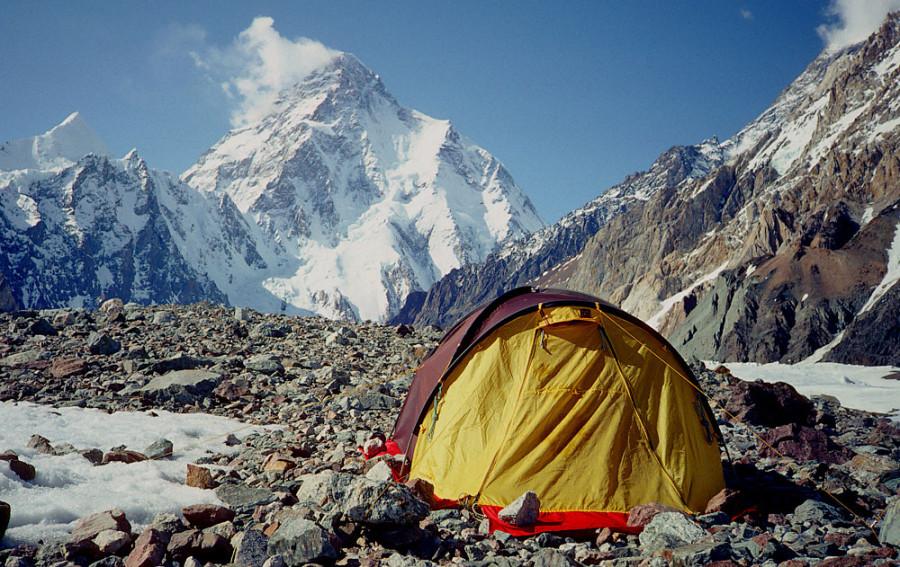 Палатка альпиниста у подножия горы Чогори (К2). Вторая по высоте вершина мира после Эвереста -8614 м. Третья по опасности гора для восхождения.