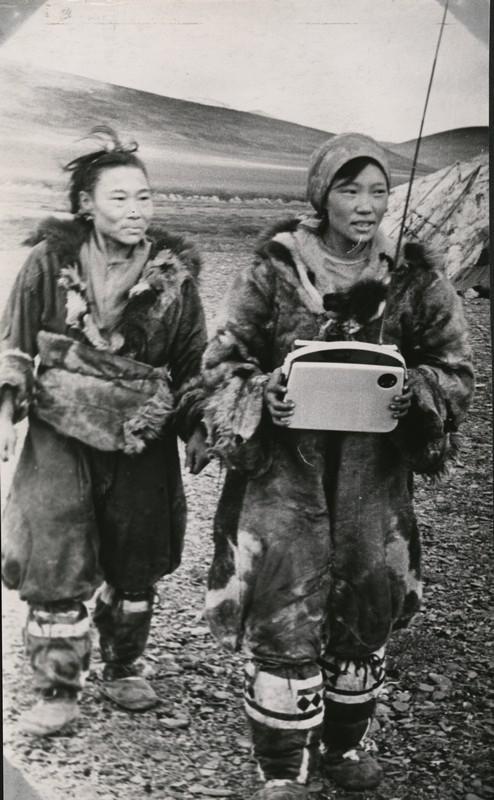 Чукчанки с радиоприемником 1966 г..jpg