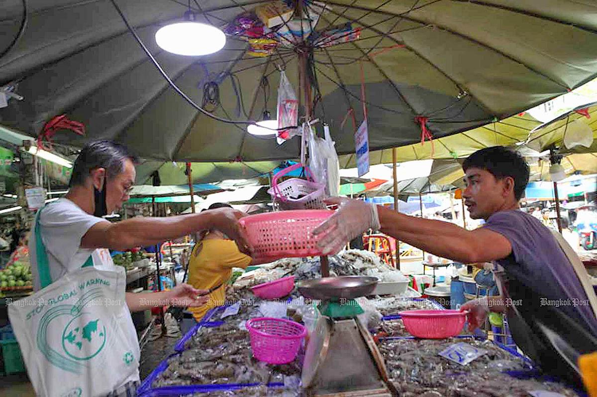 Wong Wian Yai market in Bangkok by Arnun Chonmahatrakool.jpg