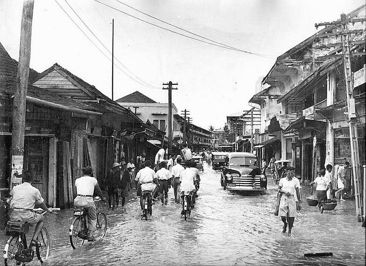 1954 The Chiang Mai flooding along Wichayanon Road.jpg