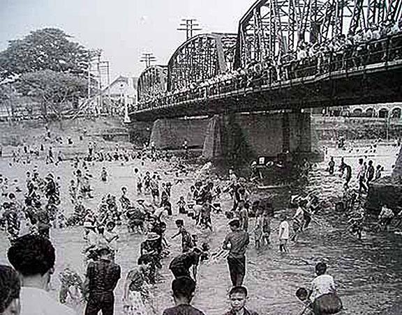 1964 Chiang Mai Songkran at Mae Ping River under the old Nawarat Bridge.jpg