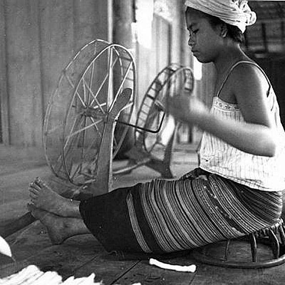1938 Yao woman of Chiang Kham {Chiang Rai} spinning local cotton.jpg